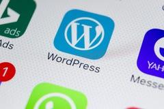 Εικονίδιο εφαρμογής Wordpress στο iPhone Χ της Apple κινηματογράφηση σε πρώτο πλάνο οθόνης App Wordpress εικονίδιο wordpress εφαρ Στοκ Εικόνες
