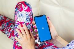 Εικονίδιο εφαρμογής Wordpress στο iPhone Χ της Apple κινηματογράφηση σε πρώτο πλάνο οθόνης στα χέρια γυναικών App Wordpress εικον Στοκ Εικόνες