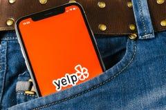 Εικονίδιο εφαρμογής Yelp στο iPhone Χ της Apple κινηματογράφηση σε πρώτο πλάνο οθόνης στην τσέπη τζιν App Yelp εικονίδιο yelp εφα Στοκ Φωτογραφία