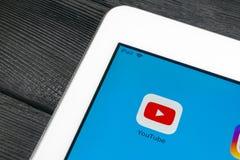 Εικονίδιο εφαρμογής YouTube κινηματογράφηση σε πρώτο πλάνο οθόνης smartphone της Apple iPad στην υπέρ App Youtube εικονίδιο Κοινω Στοκ φωτογραφία με δικαίωμα ελεύθερης χρήσης