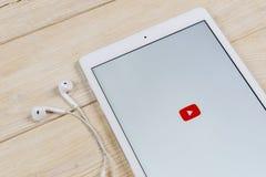 Εικονίδιο εφαρμογής YouTube στην κινηματογράφηση σε πρώτο πλάνο οθόνης smartphone της Apple iPad App Youtube εικονίδιο Κοινωνικό  Στοκ Φωτογραφίες