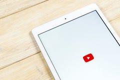 Εικονίδιο εφαρμογής YouTube στην κινηματογράφηση σε πρώτο πλάνο οθόνης smartphone της Apple iPad App Youtube εικονίδιο Κοινωνικό  Στοκ Φωτογραφία