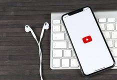 Εικονίδιο εφαρμογής YouTube στο iPhone Χ της Apple κινηματογράφηση σε πρώτο πλάνο οθόνης smartphone App Youtube εικονίδιο Κοινωνι Στοκ εικόνες με δικαίωμα ελεύθερης χρήσης