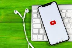 Εικονίδιο εφαρμογής YouTube στο iPhone Χ της Apple κινηματογράφηση σε πρώτο πλάνο οθόνης smartphone App Youtube εικονίδιο Κοινωνι Στοκ Εικόνες