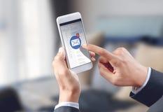 Εικονίδιο φακέλων ηλεκτρονικού ταχυδρομείου αφής χεριών επιχειρηματιών στην κινητή οθόνη Στοκ φωτογραφίες με δικαίωμα ελεύθερης χρήσης