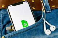 Εικονίδιο φύλλων Google στο iPhone Χ της Apple κινηματογράφηση σε πρώτο πλάνο οθόνης smartphone στην τσέπη τζιν Εικονίδιο φύλλων  Στοκ εικόνα με δικαίωμα ελεύθερης χρήσης