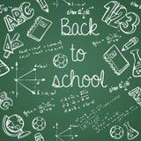 Εικονίδια εκπαίδευσης πίσω άνευ ραφής σχέδιο σχολικών στο πράσινο πινάκων κιμωλίας Στοκ εικόνες με δικαίωμα ελεύθερης χρήσης