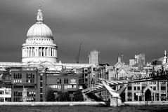 Εικονίδια του Λονδίνου - καθεδρικός ναός του ST Pauls από τον ποταμό Τάμεσης Στοκ Φωτογραφία