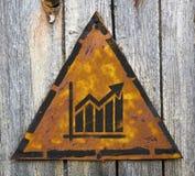Εικονίδιο διαγραμμάτων αύξησης στο σκουριασμένο προειδοποιητικό σημάδι. Στοκ Εικόνα