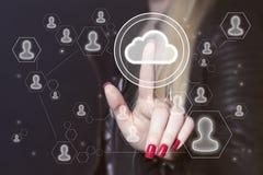 Εικονίδιο μηνυμάτων σύννεφων κουμπιών ώθησης επιχειρηματιών on-line Στοκ εικόνα με δικαίωμα ελεύθερης χρήσης
