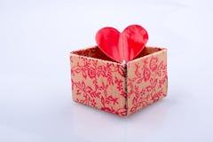 Εικονίδιο μορφής καρδιών σε ένα κιβώτιο δώρων Στοκ Εικόνες