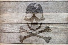 Εικονίδιο πειρατών στο ξύλινο υπόβαθρο Στοκ εικόνα με δικαίωμα ελεύθερης χρήσης