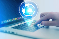 Εικονίδιο σφαιρών ποδοσφαίρου πέρα από τη συσκευή - αθλητισμός και έννοια τεχνολογίας Στοκ Εικόνα