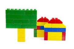 Εικονίδιο δύο σπιτιών που γίνεται από τις πλαστικές δομικές μονάδες και το πράσινο σύστημα σηματοδότησης Στοκ φωτογραφίες με δικαίωμα ελεύθερης χρήσης