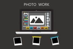 Εικονίδιο lap-top στο μαύρο backgroud με το πλαίσιο φωτογραφιών Εργασία φωτογραφιών, επιχείρηση φωτογραφιών Ο δημοσιογράφος φωτογ Στοκ φωτογραφία με δικαίωμα ελεύθερης χρήσης