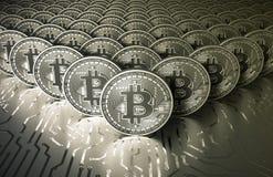 Εικονικά ασημένια νομίσματα Bitcoins λευκόχρυσου στον τυπωμένο πίνακα κυκλωμάτων ελεύθερη απεικόνιση δικαιώματος