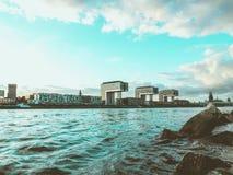 Εικονικά σπίτια γερανών στην Κολωνία, Γερμανία, με τον ποταμό Ρήνος και Ro στοκ εικόνα με δικαίωμα ελεύθερης χρήσης