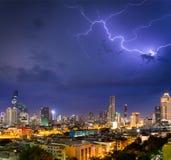 Εικονικές παραστάσεις πόλης Μπανγκόκ με την αστραπή βροντής στο θυελλώδες BA ουρανού νύχτας Στοκ Φωτογραφίες