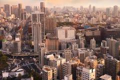 Εικονικές παραστάσεις πόλης του ηλιοβασιλέματος του Τόκιο, εναέρια άποψη ουρανοξυστών πόλεων offic Στοκ φωτογραφία με δικαίωμα ελεύθερης χρήσης