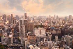 Εικονικές παραστάσεις πόλης του ηλιοβασιλέματος του Τόκιο, εναέρια άποψη ουρανοξυστών πόλεων offic Στοκ Φωτογραφίες