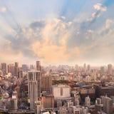 Εικονικές παραστάσεις πόλης του ηλιοβασιλέματος του Τόκιο, εναέρια άποψη ουρανοξυστών πόλεων offic Στοκ εικόνα με δικαίωμα ελεύθερης χρήσης