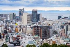 Εικονικές παραστάσεις πόλης και ουρανοξύστες του Kobe το χειμώνα ομίχλης, ορίζοντας Kob Στοκ Εικόνες