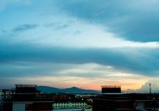 Εικονικές παραστάσεις πόλης και σκούρο μπλε ουρανός βραδιού Στοκ Εικόνες