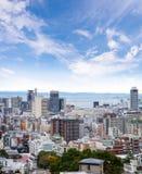 Εικονικές παραστάσεις πόλης της πόλης του Kobe με το μπλε ουρανό και τα χνουδωτά μικροσκοπικά σύννεφα, SK Στοκ εικόνες με δικαίωμα ελεύθερης χρήσης