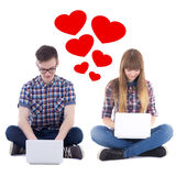 Εικονική έννοια αγάπης - η συνεδρίαση εφήβων και κοριτσιών με υπολογίζει Στοκ Εικόνες
