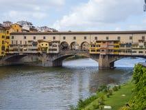 Εικονική γέφυρα Vecchio στη Φλωρεντία πέρα από τον ποταμό αποκαλούμενο Arno Ponte Vecchio Στοκ εικόνα με δικαίωμα ελεύθερης χρήσης