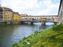Εικονική γέφυρα Vecchio στη Φλωρεντία πέρα από τον ποταμό αποκαλούμενο Arno Ponte Vecchio Στοκ Εικόνες