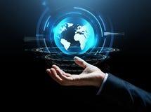 Εικονική γήινη προβολή χεριών επιχειρηματιών Στοκ φωτογραφία με δικαίωμα ελεύθερης χρήσης