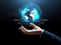 Εικονική γήινη προβολή χεριών επιχειρηματιών Στοκ Φωτογραφία