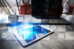 Εικονική διεπαφή οθόνης με τα εικονίδια εφαρμογών απριλίου απομονωμένο έννοια λευκό τεχνολογίας Στοκ Εικόνα