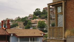 Εικονική παράσταση πόλης αρχιτεκτονικής του Tbilisi, ιδιωτικά σπίτια που διακοσμούνται από το ξύλινο σχέδιο διακοσμήσεων απόθεμα βίντεο