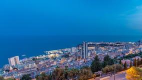 Εικονική παράσταση πόλης ημέρα του Μόντε Κάρλο, Μονακό στη νύχτα timelapse με τις στέγες των κτηρίων μετά από το θερινό ηλιοβασίλ απόθεμα βίντεο