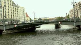 Εικονική παράσταση πόλης και γέφυρα Weidendammer στον ποταμό ξεφαντωμάτων στην πόλη του Βερολίνου, Weidendammer Brcke, σκάφη τουρ φιλμ μικρού μήκους