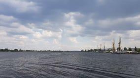 Εικονική παράσταση πόλης και ορίζοντας στο νεφελώδεις ουρανό και τον ποταμό Ηλιοφάνεια, μπλε ουρανός Γερανοί εμπορευματοκιβωτίων  φιλμ μικρού μήκους