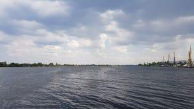 Εικονική παράσταση πόλης και ορίζοντας στο νεφελώδεις ουρανό και τον ποταμό Ηλιοφάνεια, μπλε ουρανός Γερανοί εμπορευματοκιβωτίων  απόθεμα βίντεο