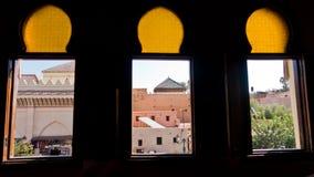 Εικονική παράσταση πόλης μέσω των παραθύρων στο Μαρακές, Μαρόκο Στοκ Εικόνες
