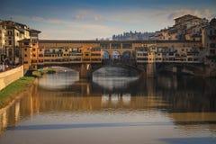 Εικονική παράσταση πόλης με τη γέφυρα Ponte Vecchio πέρα από τον ποταμό Arno στη Φλωρεντία Στοκ Εικόνα