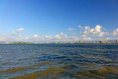 Εικονική παράσταση πόλης με τον ποταμό Στοκ φωτογραφία με δικαίωμα ελεύθερης χρήσης