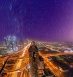 Εικονική παράσταση πόλης νύχτας του Ντουμπάι με τη σύγχρονη φουτουριστική αρχιτεκτονική, Ηνωμένα Αραβικά Εμιράτα Στοκ Εικόνες