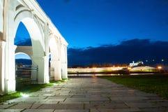 Εικονική παράσταση πόλης νύχτας του Veliky Novgorod, Ρωσία Κρεμλίνο, καθεδρικός ναός του ST Sophia και arcade του προαυλίου Yaros Στοκ φωτογραφία με δικαίωμα ελεύθερης χρήσης