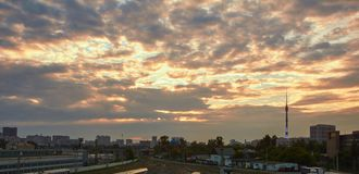 Εικονική παράσταση πόλης στο ηλιοβασίλεμα με τα σύννεφα στο υπόβαθρο στοκ εικόνες