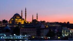 Εικονική παράσταση πόλης της Ιστανμπούλ με το μουσουλμανικό τέμενος Suleymaniye με τα σκάφη τουριστών που επιπλέουν σε Bosphorus  Στοκ εικόνα με δικαίωμα ελεύθερης χρήσης