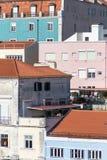 Εικονική παράσταση πόλης της Λισσαβώνας με χρωματισμένες τις κρητιδογραφία προσόψεις στοκ εικόνες με δικαίωμα ελεύθερης χρήσης