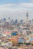 Εικονική παράσταση πόλης της Μπανγκόκ και ζωηρόχρωμο κτήριο χαμηλός-ανόδου πλήθους, κεντρικό Στοκ Εικόνες