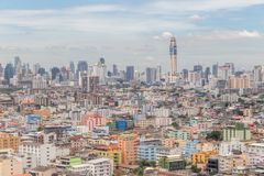 Εικονική παράσταση πόλης της Μπανγκόκ και ζωηρόχρωμο κτήριο χαμηλός-ανόδου πλήθους, κεντρικό Στοκ φωτογραφία με δικαίωμα ελεύθερης χρήσης