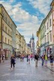 Εικονική παράσταση πόλης της παλαιών πόλης, των τουριστών και των πολιτών που περπατούν στην οδό Florianska Στοκ εικόνες με δικαίωμα ελεύθερης χρήσης